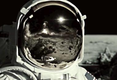 une voiture qui décole dans le casque d'un astronote
