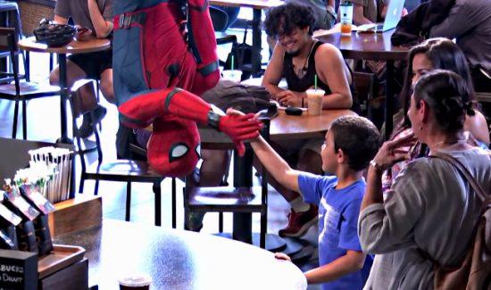 spider-man sort du plafond et sert la main à un gosse