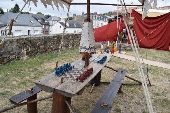 table médiéval avec jeux à disposition