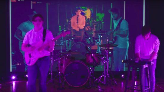 un groupe de pop rock qui fait des boucle d'image avec le décal du serveur facebook