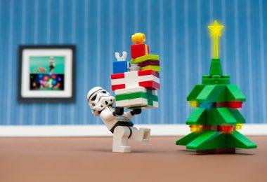 un stormtrooper légo prépare noel