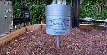 le bras du robot jardinier plante des graines