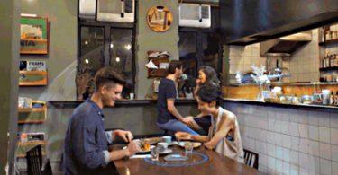 un couple mange avec un appareil qui repousse le bruit autour de la table