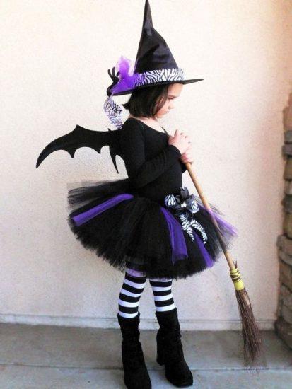 une petite fille en sorcière