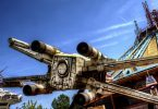 un x-wing en plein air devant des spectateurs du Star Tour de disneyland Paris